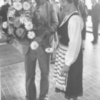 Hotellirakennuksen rakentajan rakennusliike Heusalan rakennusmestari Niilo Huttunen ojentaa onnittelukukkia kylpylän johtajalle Anja Taivalkoskelle Runnin terveyskylpylän vihkiäisjuhlassa 4.10.1980