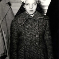 Elsa Haanpää vuonna 1955 isänsä hautajaisissa