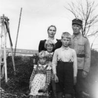 Mauno Perttilä perheineen.jpg