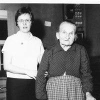 Lääkintävoimistelija Raija Hintikka Hilma Markkasen kanssa 1964