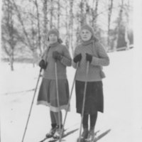 Hiihtämässä Iisalmen keskustassa 1920-luvulla