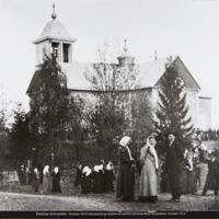 Seurakuntalaisia Pukkilan kirkonmäellä