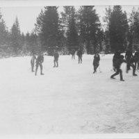Iirannan jääpalloilijat pelin tiimellyksessä 1930-luvulla