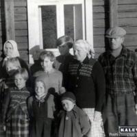 Oskari ja Eeva Haanpää perheineen sekä Tuohimaan emäntä