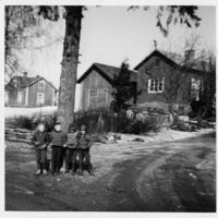Lapsia Pukkilanmäellä