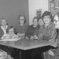 Keiteleen sotainvalidien naisjaoston johtokuntaa ja jäseniä 1975