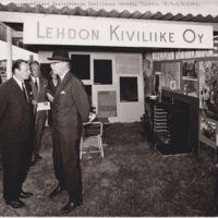 Presidentti Urho Kekkonen tutustuu Lehdon kiviliikkeen osastoon Maatalous- ja teollisuusmessuilla Turussa 25.7.-2.8.1964