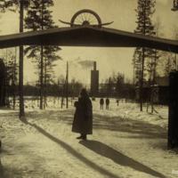 Aimo Haanpää Rannikkotykistövartion pääportilla talvella 1934.