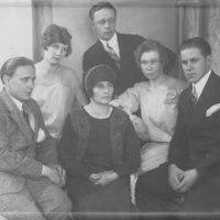 Iisalmen työväenteatterin näyttelijöitä 1920-luvulla. Vasemmalla Arvi Kääriäinen,  ylhäällä vasemmalla Ester Jauhiainen miehensä Vilho Jauhiaisen kanssa. Oikealla Edvin Laine. Toinen henkilö oikealta Olga Nieminen. Keskellä Anni Rönkkö.