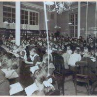 Lapsia lukemassa Turun kaupunginkirjaston lukusalissa