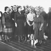 Runnin kyläkuoro esiintymässä opettaja Rauha Tågin johdolla Runnin terveyskylpylän vihkiäisjuhlassa 4.10.1980. Kuoro esitti Runnin viisun, jonka sanat ovat runoilija L. Onervan käsialaa ja sävellys Leevi Madetojan. Molemmat taiteilijat olivat Runnin kylpylävieraita v. 1937