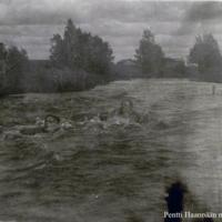 Pentti Haanpää uimassa Lamujoessa