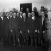 Mieskuoro ryhmäkuvassa