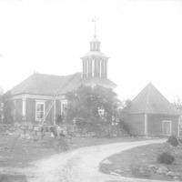 Honkajoen kirkko tienristeyksestä kuvattuna