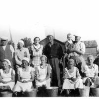 Ryhmäkuva lypsykilpailun osallistujista ja Vanhahongon talonväestä