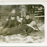 Kuivannon tyttöjä lauluharjoituksiin menossa 1910