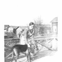 Tyttö ja ajokoira Lankosken sillalla Kirkonkylässä