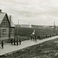 Suojeluskuntalaisten marssi Käkelänkujalla 1920-luvun lopulla