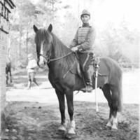 Armeijakuva Paavo Vanhahongosta ratsuväessä