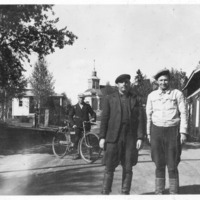 Kolme miestä Kirkonkylän raitilla
