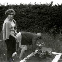 Elsa ja Aili Haanpää Pentin haudalla