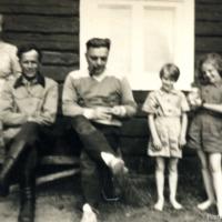Pentti Haanpää ja naapureita Korpelaisessa