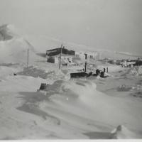 Lähikuva Komppanian majoituksesta Petsamossa 1942.jpg