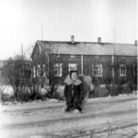 Pentti Vanhahonko istumassa reessä maantiellä Vanhahongon talon edessä
