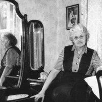 Rouva Anna-Maija Kärävä työpöytänsä ääressä 1965