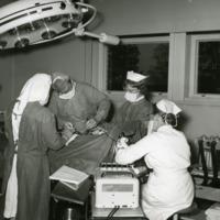 Leikkaus meneillään Orimattilan kunnansairaalassa 1960-luvulla