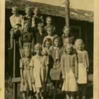 Lapsia Kirkonkylän uuden koulun takapihalla