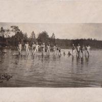 Miehiä uimassa