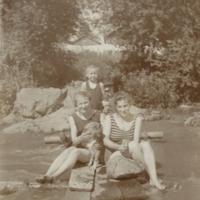 Uimareita Napion rannalla
