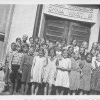 Iisalmen yhteislyseon oppilaita lyseon portailla n. 1940 - 1950-luvuilla