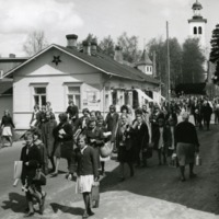 Yhteiskoululaisia palaamassa koulunpäätösjumalanpalveluksesta 1960-luvun alussa