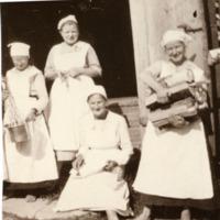Emäntäkoululaisia askareissaan 1920-luvulla