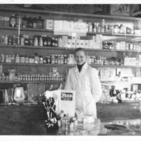 Iisalmen rohdoskauppa Siimeskulmalla 1950-luvun alussa