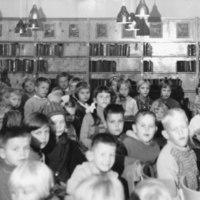 Otavankatu. Hanna Tervola pitää satutuntia 1961