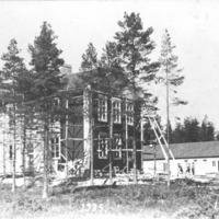 Pukarassa sijaitseva Saunaluoman kansakoulu rakentamisvaiheessa