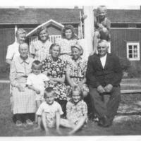Ryhmäkuva, otettu Vanhahongon pihapiirissä