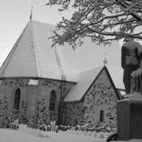 Nousiaisten Pyhän Henrikin kirkko talvella