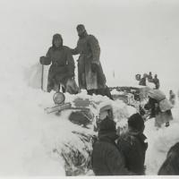 Komppanian muona-auto kaivettu myrskyn jälkeen lumihangesta Petsamossa 1942.jpg