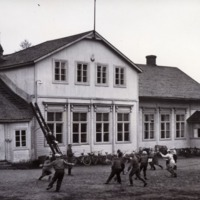 Pallopeli käynnissä Kuivannon koulun pihalla