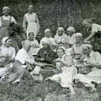 Kotitalousopiston oppilaita puolukkaretkellä 1920-luvulla