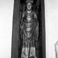 Puinen patsas kirkossa