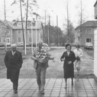 Runnin hotellirakennuksen rakentaja rakennusliike Heusalan työpäällikkö Albin Nousiainen ja rakennusmestari Niilo Huttunen, taustalla Marjatta Ryhänen ja Raija Huttunen