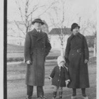 Kevätpäivänä Iisalmen torilla 1930-luvun alussa, taustalla nk. apteekin mäki