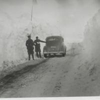 Pentti Lehtinen oik. ja insinööri Taivainen lumimyrskyn jälkeen avatulla Litsajoentiellä Petsamossa 1942.jpg
