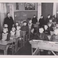 Opettaja Signe Vaha oppilaineen Rautilan kansakoulussa