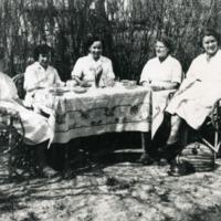 Orimattilan apteekin henkilökunnan kahvihetki apteekin pihapiirissa 1950-luvulla